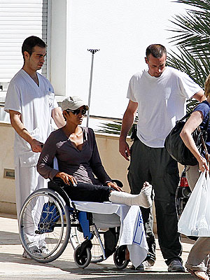halle berry 300 Halle Berry Breaks Her Foot in Spain