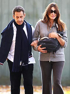 PHOTO: Nicolas & Carla Bruni-Sarkozy Stroll with Daughter Giulia | Carla Bruni, Nicolas Sarkozy