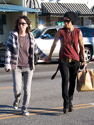sarah gilbert 300 Sara Gilbert &amp; Linda Perry: Are They Dating?
