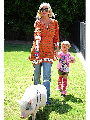 Tori Spelling Walks Her Pig