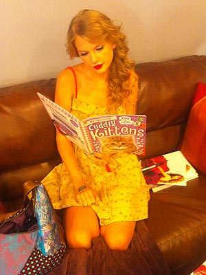 Taylor Swift Reads Kitten Picture Book (PHOTO)