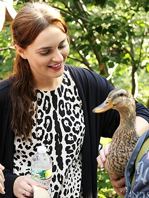 So Fowl! Leighton & Ed Ruffle Some Feathers on Gossip Girl Set | Leighton Meester