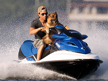 Enrique Iglesias Jet Skis with His Dog: Photo