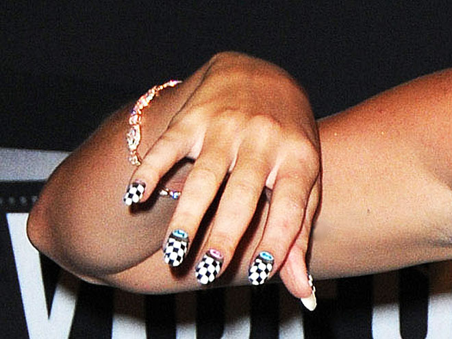 Who rocked checkerboard nails at the MTV VMAs?