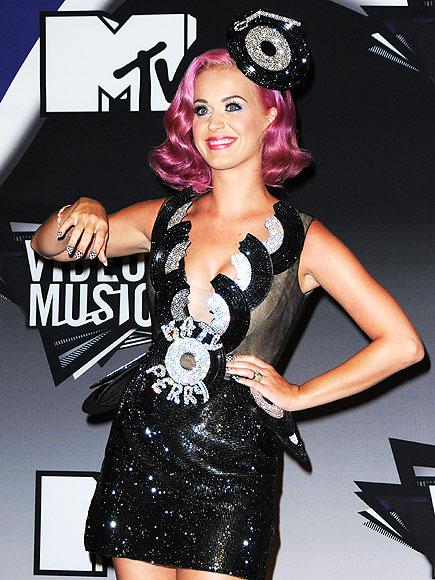 Who rocked checkerboard nails at the MTV VMAs?