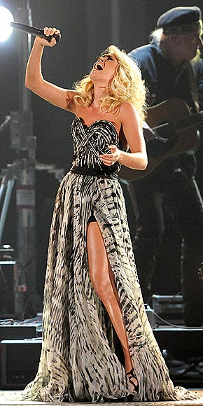 THIGH-HIGH NOTE    photo | Carrie Underwood