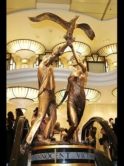 HARRODS STATUE 