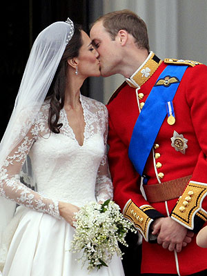 Prince William & Catherine Middleton Kiss Twice at Buckingham Palace