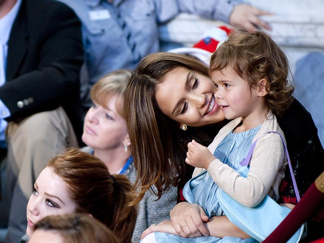 SWEET SNUGGLE photo | Jessica Alba