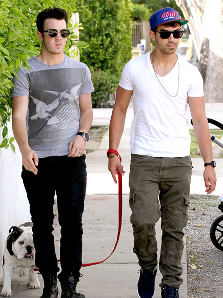 BROS ON THE GO photo | Joe Jonas, Kevin Jonas