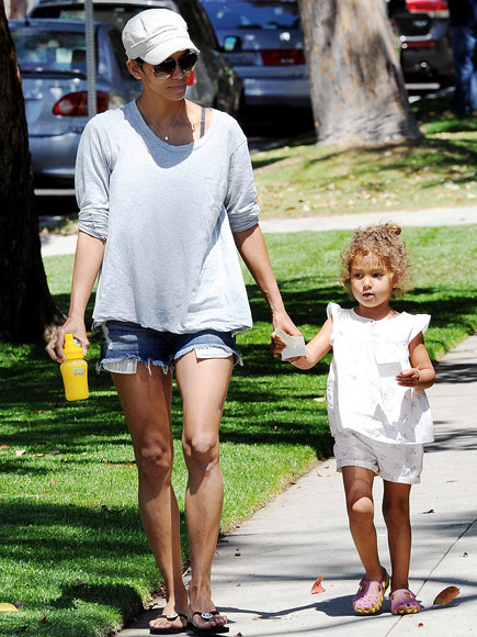 SHORTS STROLL photo | Halle Berry