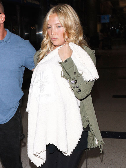 CUDDLY CARRY-ON  photo | Kate Hudson