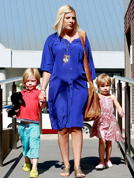 HANDS FULL photo | Tori Spelling