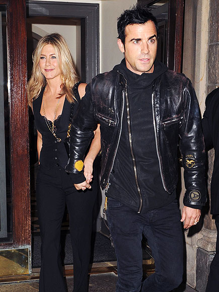 GIVE HER A HAND photo | Jennifer Aniston, Justin Theroux