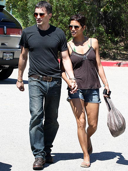 BEACH DATE photo | Halle Berry, Olivier Martinez