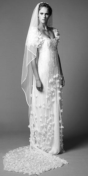 Отличный вариант - легкое платье (можно с кружевом) в стиле ампир.