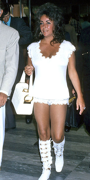 DAISY APPLIQUÉ SHIRT & HOT PANTS photo | Elizabeth Taylor