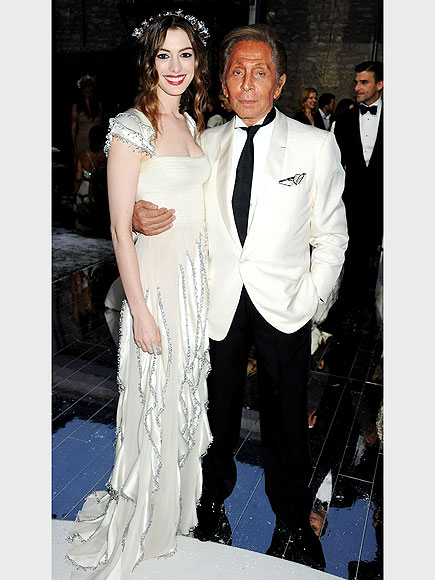 ANNE HATHAWAY AND VALENTINO GARAVANI photo | Anne Hathaway, Valentino