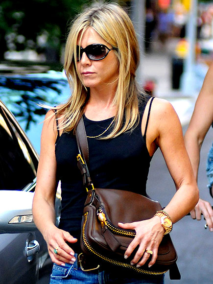 JENNIFER ANISTON&#39;S BAG photo | Jennifer Aniston, Justin Theroux