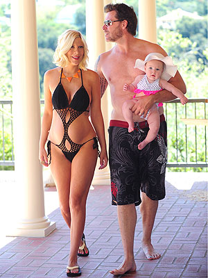 Bumpwatch Tori Spelling Sports A Sexy Suit Moms