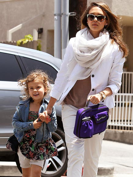 TOTE-ALLY DOABLE photo | Jessica Alba