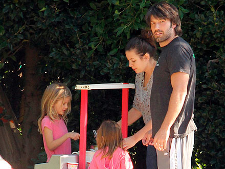 The Garner-Affleck Girls Set Up a Lemonade Stand | Jennifer Garner