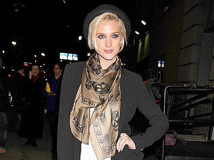 Ashlee Simpson Enjoys Sangria & Guacamole with Friends