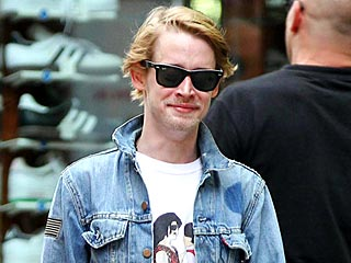 Macaulay Culkin Soaks Up Female Attention During Deejay Night | Macaulay Culkin