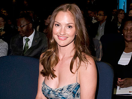 Minka Kelly Knocks Back Oysters – and Pays for a Soldier's Meal!