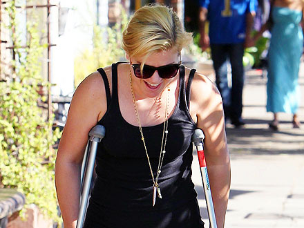 Kelly Clarkson Goes Jewelry Shopping &#8211; on Crutches! | Kelly Clarkson