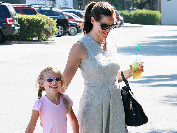 Jennifer Garner Looks 'Naturally Beautiful' While Shopping