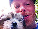 Jesse Tyler Ferguson Shouts Out to His Dog from Globes Red Carpet