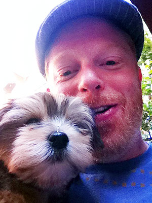 Jesse Tyler Ferguson at Golden Globes, Talks New Dog