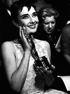 PHOTO FLASHBACK: Audrey Hepburn Cheek-to-Cheek with Oscar | Audrey Hepburn