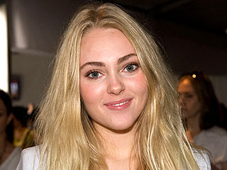 AnnaSophia Robb to Play Carrie Bradshaw in Sex and the City Prequel | AnnaSophia Robb