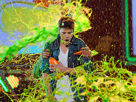 Halle Berry Gets Slimed at Kids' Choice Awards| Kids' Choice Awards, Chris Colfer, Halle Berry, Will Smith, Musician Class