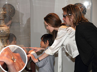 PHOTO: See Angelina's Engagement Ring! | Angelina Jolie, Brad Pitt