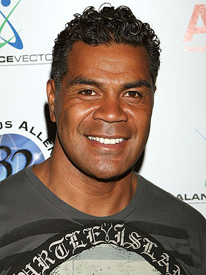 Junior Seau Found Dead, Former NFL Linebacker : People.