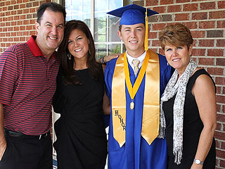 PHOTO: American Idol's Scotty McCreery Graduates from High School