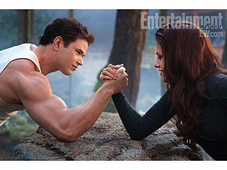 PHOTO: Kristen Stewart & Kellan Lutz Arm Wrestle in Breaking Dawn 2