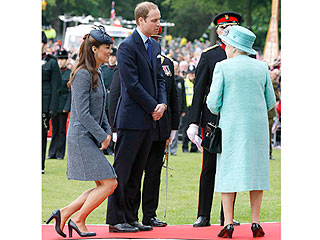 How Queen Elizabeth's Curtsy Protocol Memo Affects Kate | Kate Middleton, Prince William, Queen Elizabeth II