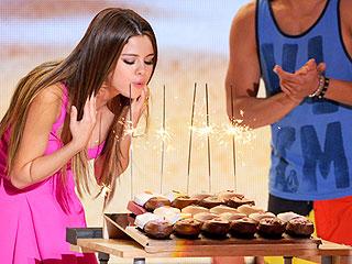 Birthday Girl Selena Gomez Gets Surprise Serenade at Teen Choice Awards   Selena Gomez