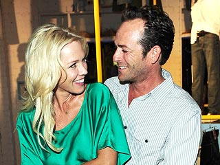 Jennie Garth, Luke Perry Share a Squeeze at Old Navy Event | Jennie Garth, Luke Perry