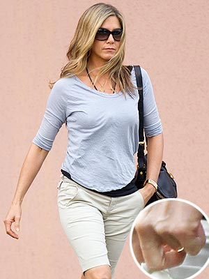 Jennifer Aniston Engagement: Is She Hiding Her Ring?