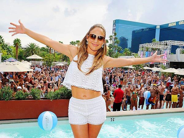 Jennifer Lopez's Concert Prep: Sunning By the Pool