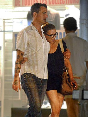 Scarlett Johansson Dating Nate Naylor; Take Romantic Walk in Paris