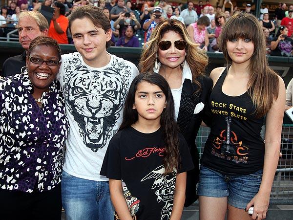Jackson Kids Throw Out a First Pitch| Latoya Jackson, Michael Jackson, Paris Jackson, Prince Michael I, Prince Michael II