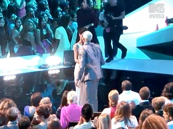 MTV Video Music Awards: Rihanna and Chris Brown Kissing