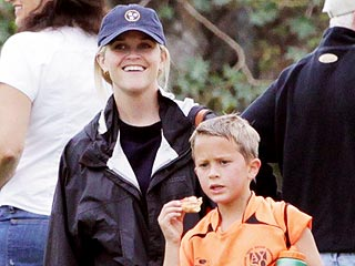PHOTO: Reese Witherspoon Is a Smiley Soccer Mom | Reese Witherspoon