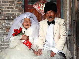 Couple Take Wedding Photos &#8211; 88 Years Late